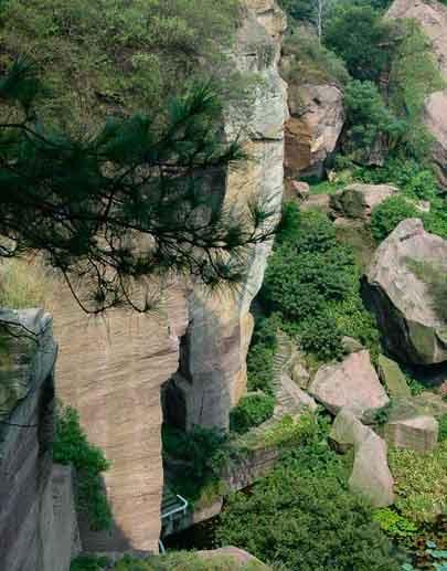 吉林莲花山原始森林公园,地处我省中部,位于吉林省中部的磐石市烟筒山