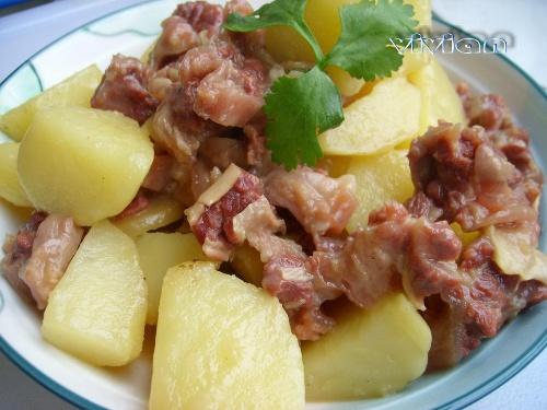 马铃薯焖牛腩