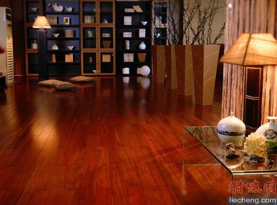 实木复合地板  a, 实木复合地板:由三层实木交错